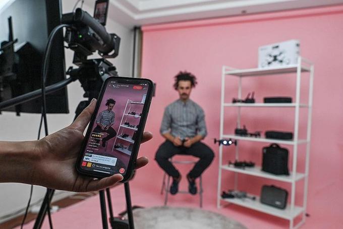 Lalo Lopez livestream giới thiệu một số sản phẩm trên nền tảng AliExpress bằng tiếng Tây Ban Nha tại studio ở Thượng Hải. Ảnh: AFP.