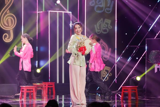 Ca sĩ Mia được NSND Hồng Vân khen có tài diễn xuất hề hước khi đóng thế ca sĩ Hà Thanh Xuân.