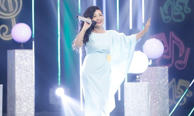 Đóng thế cho ca sĩ Lương Bích Hữu, nghệ sĩ Ngân Quỳnh trình diễn đầy duyên dáng và gây cười khi gọi NSND Hồng Vân là cô, gọi MC Thanh Bạch là chú.