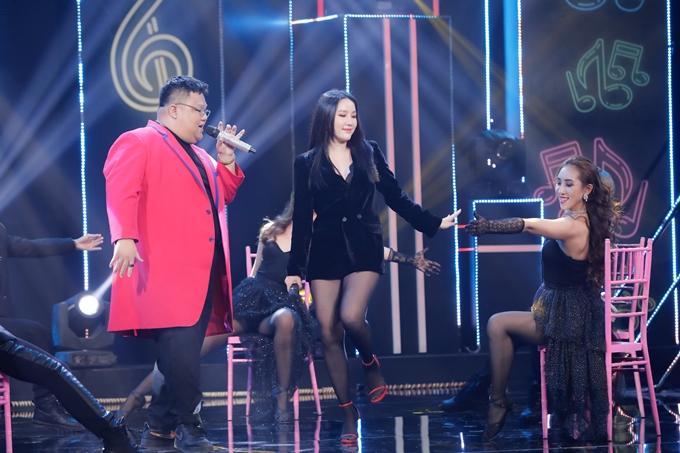 Bảo Thy lên sân khấu diễn ngẫu hứng với Vương Khang.