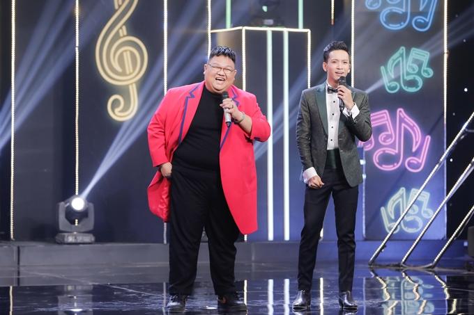 Ca sĩ - nhạc sĩ Vương Khang tạo nên cú lừa thế kỷ bởi cách gợi nhắc hàng loạt kỷ niệm vừa quen vừa lạ, đầy dí dỏm với cả năm nghệ sĩ khách mời.