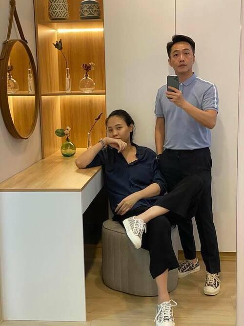 Vợ chồng Cường Đôla - Đàm Thu Trang đi giày đôi, pose ảnh trước gương.