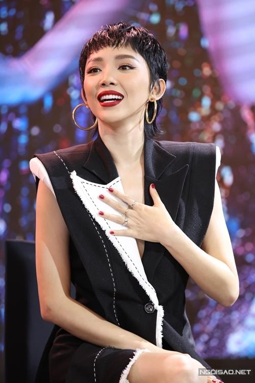 Sự hiện diện của ca sĩ Tóc Tiên gây bất ngờ cho những người dự họp báo. Tham gia phim Thanh Sói  với một vai diễn thứ chính, cô âm thầm tham gia huấn luyện võ trong gần nửa năm qua.
