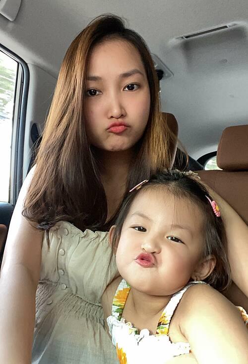 Cô bé bắt chước mẹ làm nhiều biểu cảm đáng yêu khi pose hình.