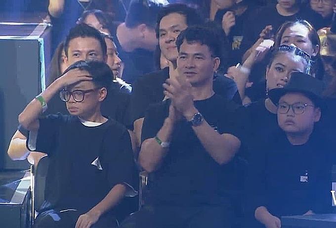Xuân Bắc và hai con khi theo dõi đêm chung kết Rap Việt.