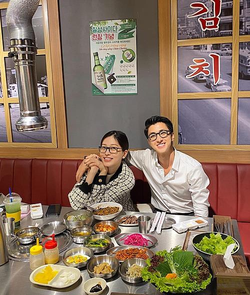 Đang bận đóng phim ở Phú Yên nhưng diễn viên Bình An vẫn tranh thủ bay về TP HCM để chúc mừng sinh nhật bạn gái Phương Nga.