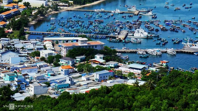 Cảnh làng chài với các cầu tàu tấp nập thuyền bè. Ảnh: Khánh Trần.