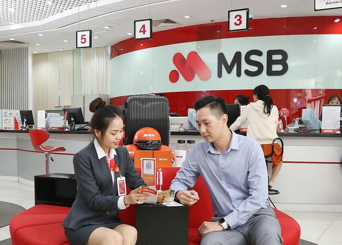 Khách hàng tham khảo thông tin về thẻ tín dụng MSB Mastercard và Visa Dinning tại chi nhánh ngân hàng MSB ở TP HCM. Ảnh: