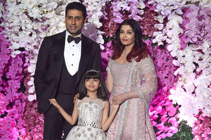 Hoa hậu bên chồng và con gái năm 2019.