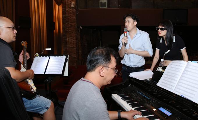 Liveshow Dạ Nguyệt của Dương Triệu Vũ được chuẩn bị nghiêm túc, kỹ lưỡng. Nam ca sĩ hy vọng đem tới những trải nghiệm mới mẻ, thú vị cho khán giả - những người sẵn sàng bỏ hàng chục triệu đồng để thưởng thức một đêm nghỉ dưỡng, nghe nhạc ở Nha Trang.