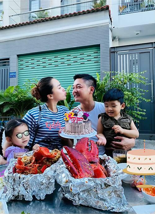 Ca sĩ Hải Băng mừng tuổi 32 bên chồng con.
