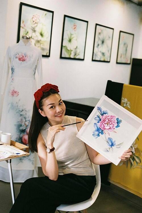 Sau 9 tiếng, siêu mẫu Thanh Hằng đã vẽ xong ảnh hoa mẫu đơn trong lụa đầu tiên của mình.