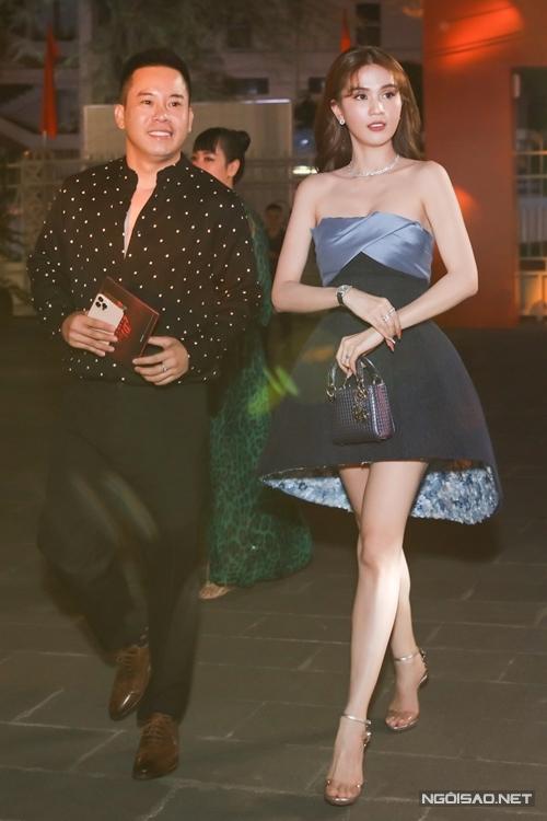 Ngọc Trinh đến dự ra mắt phim Chồng người ta tại TP HCM cùng một người bạn.