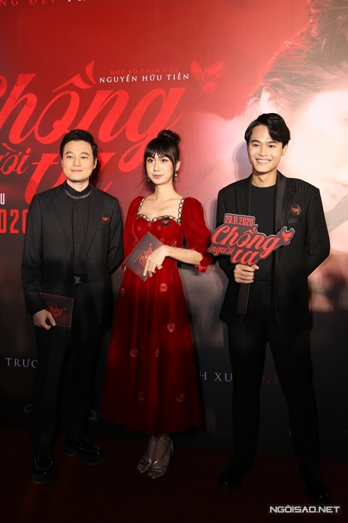Ca sĩ Lynk Lee diện váy nhung đỏ điệu đà bên ca sĩ Quang Vinh (trái) và diễn viên trẻ Huỳnh Thanh Trực.