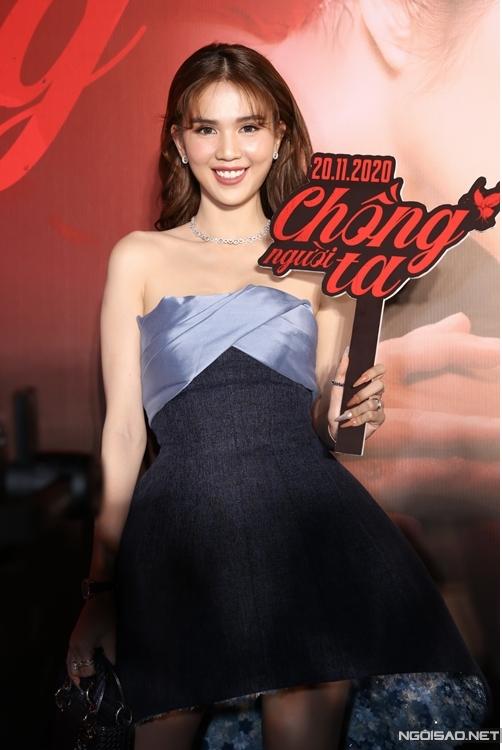 Nữ hoàng nội y nổi bật trên thảm đỏ dù chọn đồ không đúng dresscode đen - đỏ, Cô ít khi dự sự kiện ra mắt phim, trừ tác phẩm của bạn thân trong showbiz. Ngọc Trinh cũng có một vai diễn bí mật sẽ được ra rạp vào đầu năm 2021.