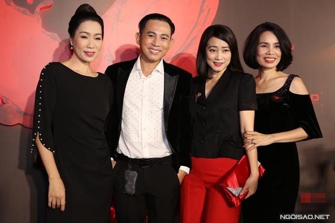 NSƯT Trịnh Kim Chi, NSƯT Tuyết Thu, diễn viên Lê Hóa (từ trái qua) chúc mừng nghệ sĩ Hữu Tiến lần đầu làm đạo diễn phim điện ảnh.