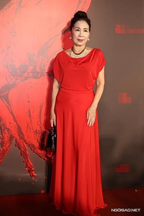 NSND Kim Xuân đến chúc mừng phim đầu tay do nghệ sĩ Nguyễn Hữu Tiến làm đạo diễn.