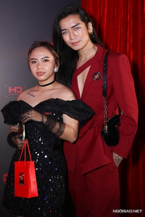 Diễn viên hài BB Trần (trái) đóng một vai khách mời trong phim.