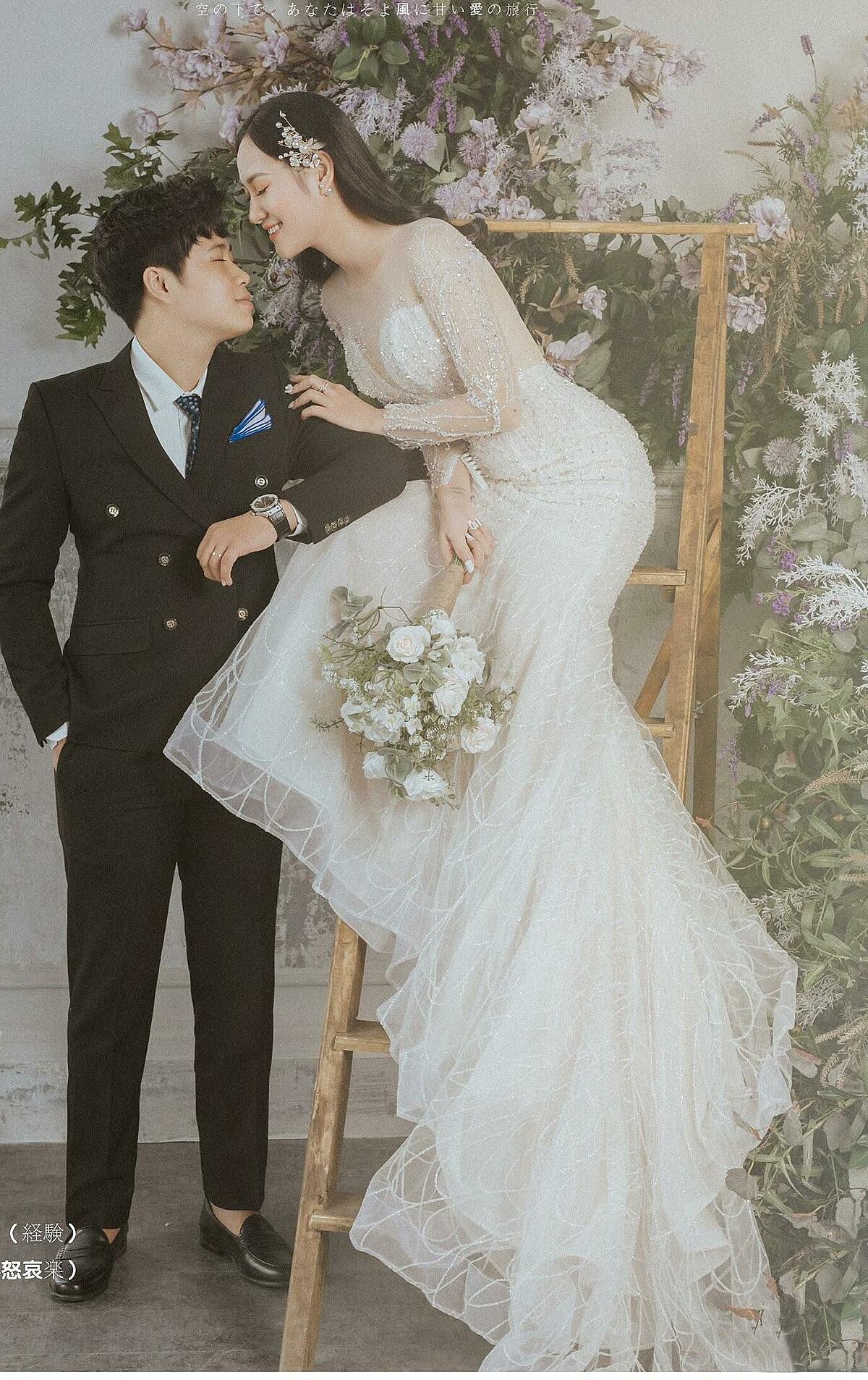 Sau hơn một năm yêu nhau, cặp đôi quyết định về chung một nhà và thông báo tin vui tới fan bằng bộ ảnh cưới được chụp theo phong cách Hàn Quốc, lãng mạn, ngọt ngào.