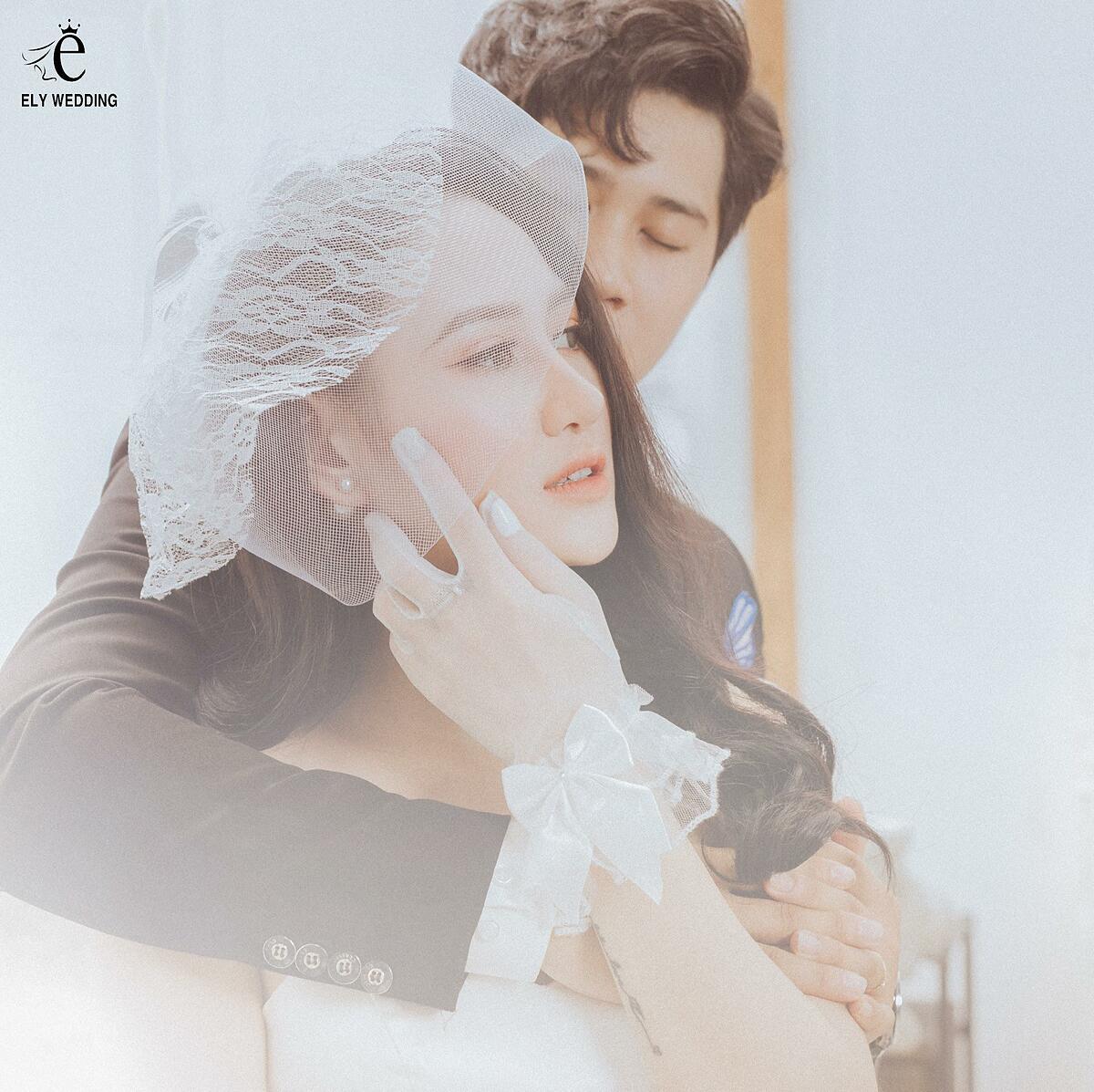 Minh Hằng cho biết cô đã chọn 4 bộ váy cưới trong bộ sưu tập mới nhất của Anne Bridal để các bức ảnh thêm phần phong phú.