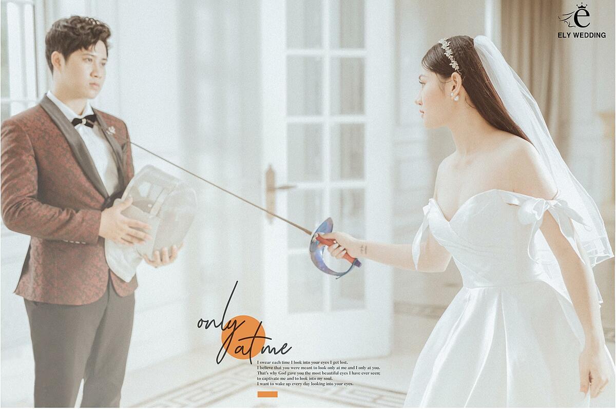 Không chỉ vậy, ảnh cưới của cặp đôi còn thu hút bởi concept chú rể và cô dâu cùng đấu kiếm.