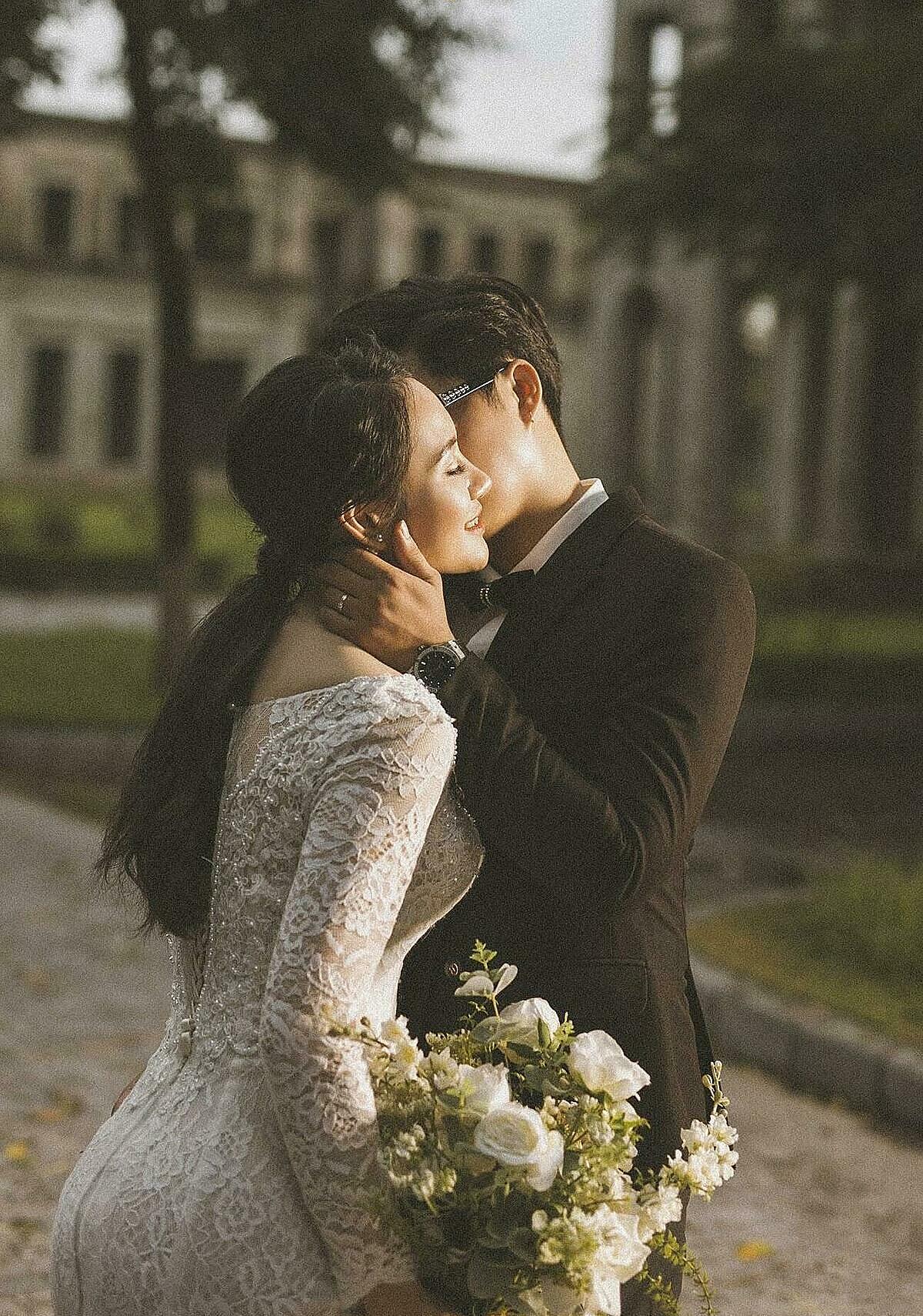 Thiết kế váy bó sát giúp cô dâu Hằng khoe khéo đường cong quyến rũ.