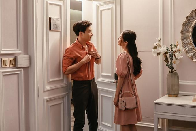 Trong cảnh quay chung đầu tiên được tiết lộ, cặp đôi xuất hiện trong bối cảnh căn hộ sang trọng và diện những set đồ thời trang.