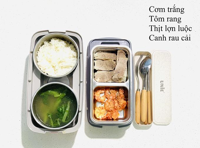 Chị Hòa nói vui rằng: Hôm nào vui lên thì thêm món mặn cho phong phú nên hộp cơm của anh nhà luôn hấp dẫn, đủ màu sắc.