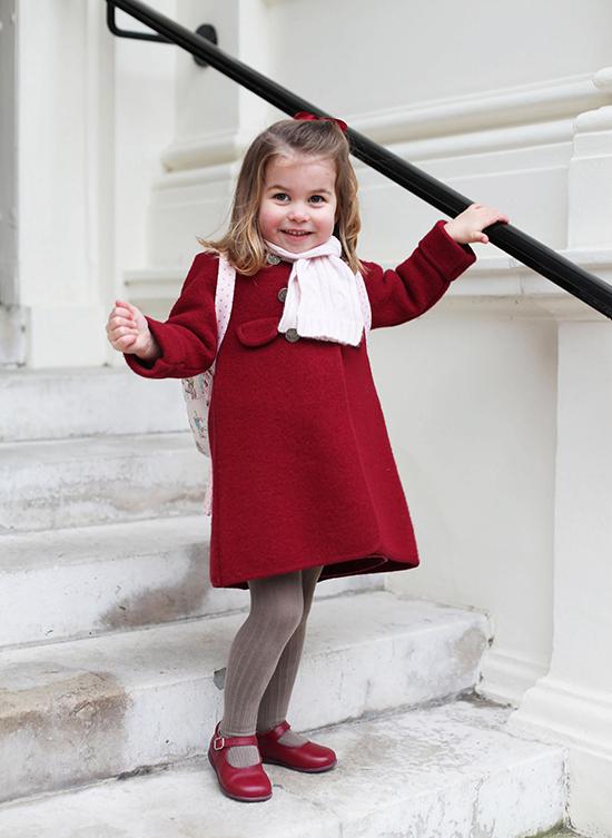 Công chúa Charlotte tươi cười trong chiếc áo khoác màu đỏ đậm trong ngày đầu tiên đi mẫu giáo tại Trường mẫu giáo Willcocks, ở London, vào tháng 1/2018.