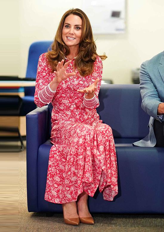 Vào tháng 9 năm nay, Kate trông táo bạo trong một chiếc váy hoa màu hồng, trông giống như phiên bản dài hơn của chiếc váy mà Charlotte đã mặc vào năm 2017.