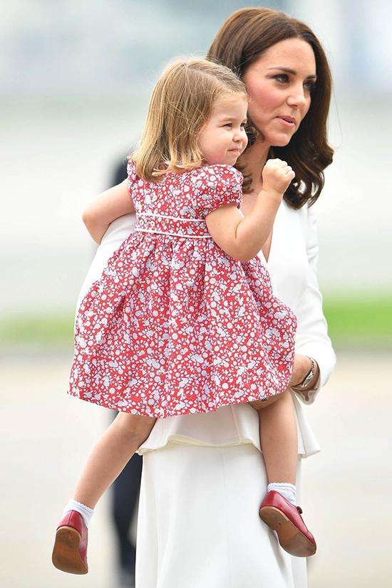 Chiếc váy của Kate là phiên bản dài hơn của loại mà Charlotte mặc trong chuyến thăm cấp nhà nước tới Ba Lan vào năm 2017.