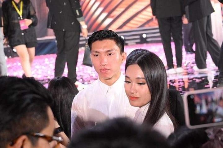 Đoàn Văn Hậu và Doãn Hải My ôm nhau khóc sau chung kết Hoa hậu Việt Nam.