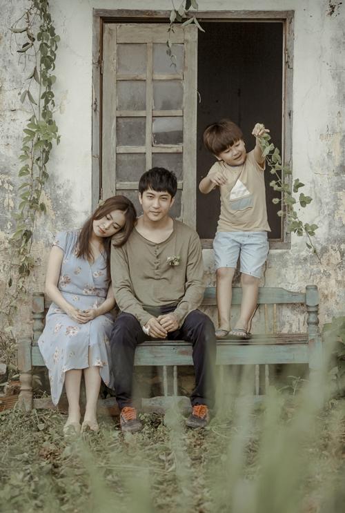 Hoàng Thùy Linh tình tứ bên B Trần trong phim.