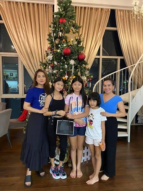 Một ngày trước đó, Anh Thơ - bà xã của diễn viên Bình Minh đưa hai con gái đến tặng quà sinh nhật cho con gái của Trương Ngọc Ánh,