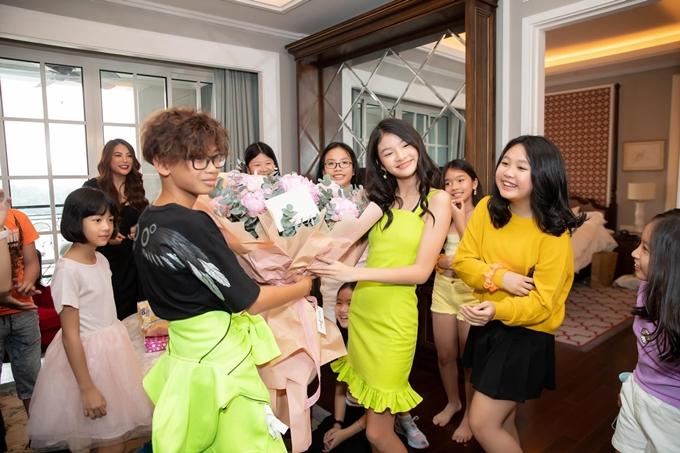 Con trai hoa hậu Hà Kiều Anh tặng bó hoa lớn chúc mừng sinh nhật con gái của Trương Ngọc Ánh.