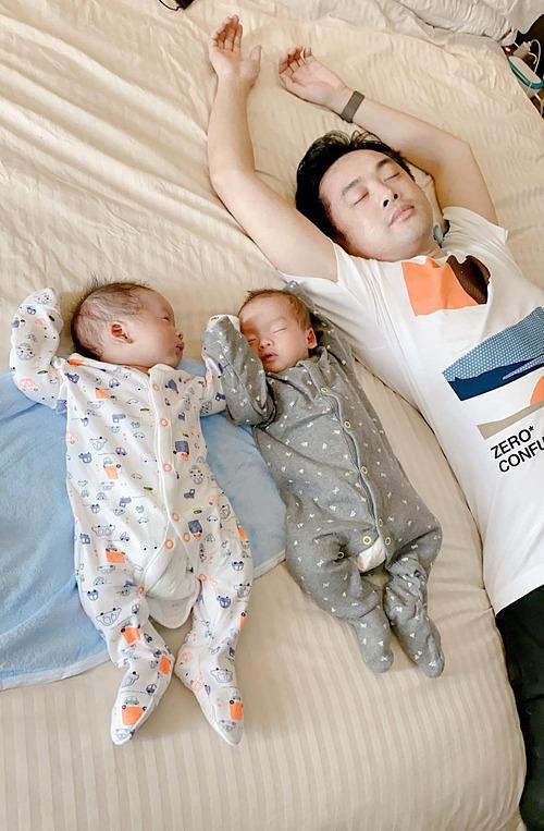 Nam nhạc sĩ vui khi bắt chước dáng ngủ bá đạo của hai con.