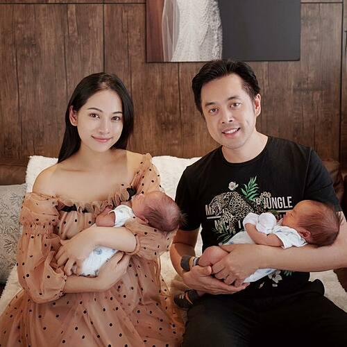 Ca sĩ Sara Lưu đã sinh mổ chủ động tại TP HCM hôm 21/10. Hai quý tử được đặt tên là Gia Khanh, Gia Khôi, tên ở nhà là Mickey và Jerry. Các bé có cân nặng lúc lọt lòng lần lượt là 2,7 kg và 2,5 kg.