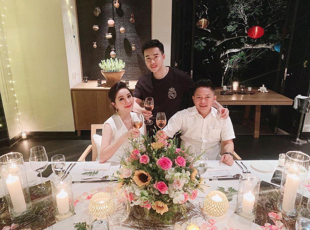Hôm 16/11, đôi vợ chồng trải qua bữa tối kỷ niệm lãng mạn với nến và hoa, trong một resort 6 sao ở vịnh Vĩnh Hy.