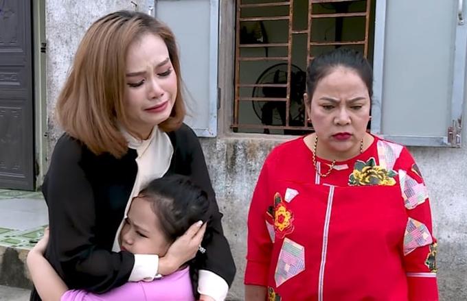 Diễn viên Hoàng Yến (phải) diễn cảnh buộc lòng xa con.