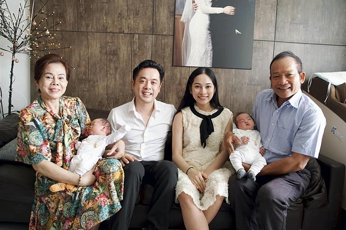 Hôm 21/11, vợ chồng Dương Khắc Linh làm đầy tháng cho con tại nhà riêng. Bố mẹ Sara Lưu hạnh phúc khi bồng bế cháu ngoại.