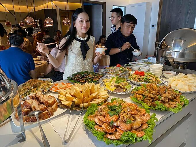 Bữa tiệc được tổ chức ấm cúng tại nhà riêng, với nhiều mâm cỗ buffet thịnh soạn để thiết đãi người thân, bạn bè.