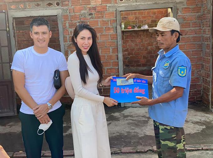 Vợ chồng Thuỷ Tiên - Công Vinh trao 50 triệu đồng cho mỗi hộ dân bị ảnh hưởng vì lũ lụt tại Quảng Ngãi trong đợt cứu trợ thứ ba.