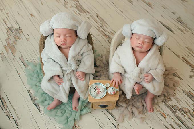 Vẻ đáng yêu của cặp song sinh nhà Dương Khắc Linh - Sara Lưu theo phong cách thư giãn ở spa.