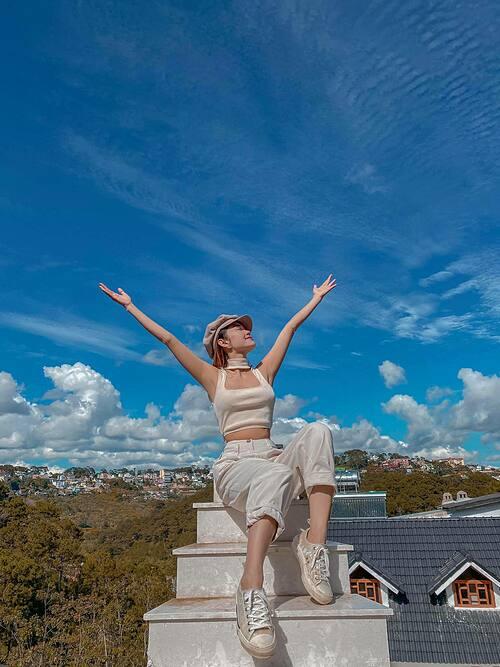 Ca sĩ Minh Hằng hài hước nói về bức ảnh sống ảo khi nghỉ dưỡng tại Đà Lạt: Thấy nấc thang lên mây mà hèn hẻm dám đứng nên ngồi cho nó làn.