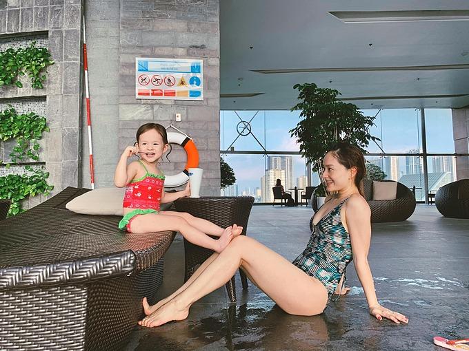 Diễn viên Lan Phương khen con gái 30 tháng tuổi chân đã sắp dài bằng mẹ.
