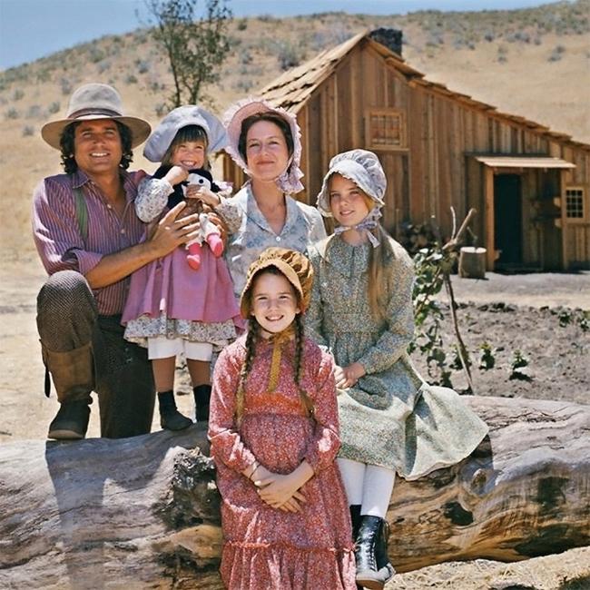 Melissa vai Laura (ngồi trước) trong phim Ngôi nhà nhỏ trên thảo nguyên. Cô đóng bộ phim này từ năm 10 tuổi đến 20 tuổi.