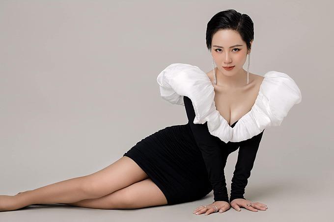 Tạo hình cá tính nhưng không kém phần gợi cảm của ca sĩ Phương Linh.