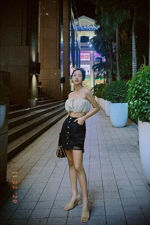 Nghe nói outfit kiểu này có thể mặc được ở Hà Nội mấy ngày tới, ca sĩ Văn Mai Hương bình luận về bức ảnh của mình.