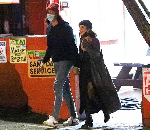 Vanessa trông nhỏ bé bên bạn trai có chiều cao khủng 1,91 m.