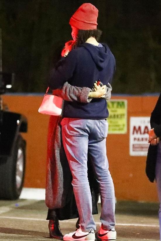 Cặp sao không giấu giếm tình yêu say đắm dành cho nhau. Cả hai kéo khẩu trang để tâm tình trên góc phố Los Angeles.